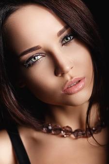 ファッションのスタイルで美しい女性の肖像画