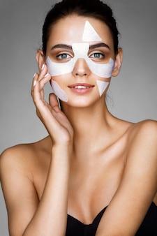 綿の顔のマスクを持つ少女の笑顔