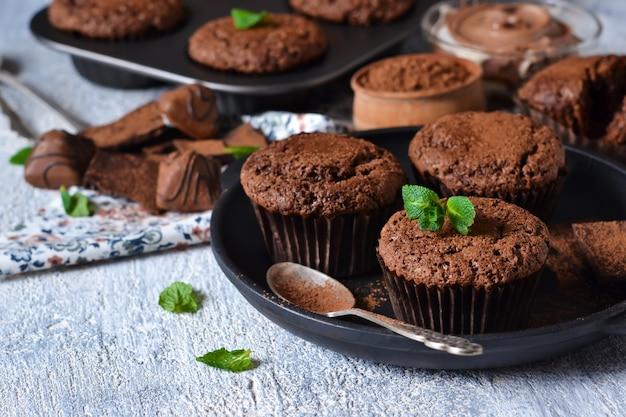 Пирожные с орехами и шоколадом на черном фоне