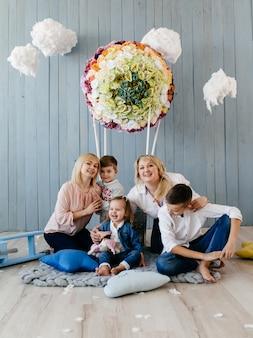 スタジオでの写真撮影のお母さん、お母さんとお子様