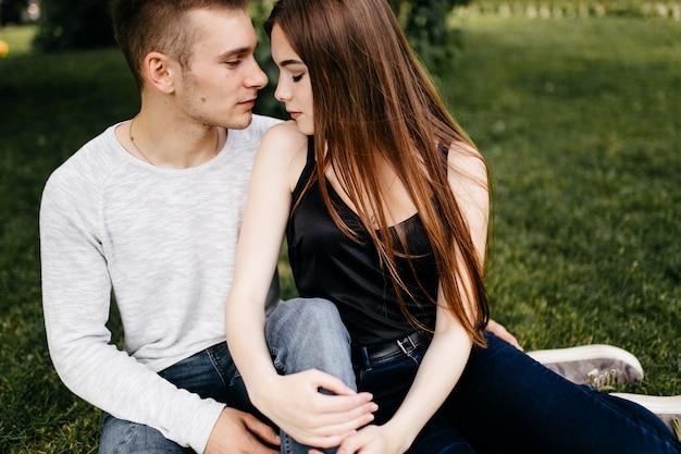若いカップル、楽しむ