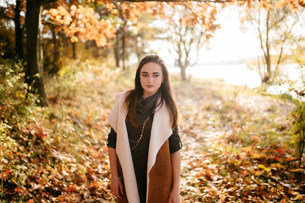 若いカップルが大好きです。秋の森公園でのラブストーリー