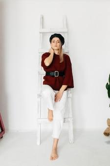 Молодая красивая девушка в студии, портрет моды