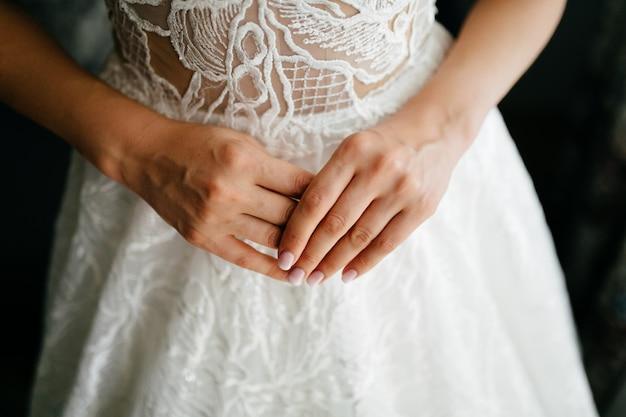 彼女が美しいドレスを着ている時の花嫁の朝