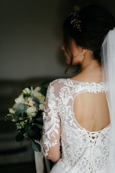 花嫁の手でウェディングブーケ