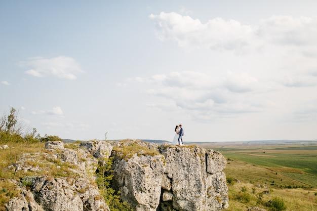 山での結婚式、恋のカップル