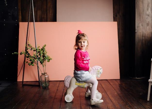 Портрет счастливого смеющегося ребенка гир