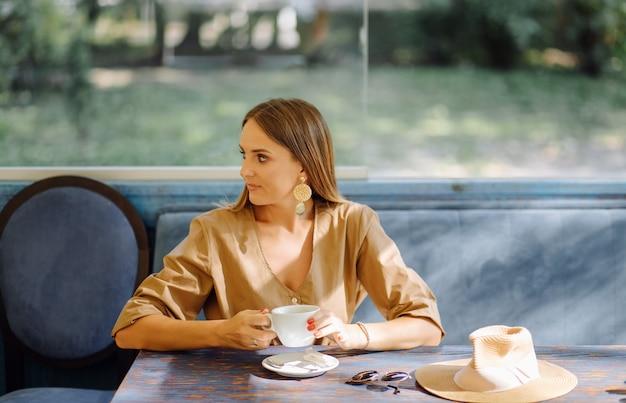 Молодая красивая женщина в кафе