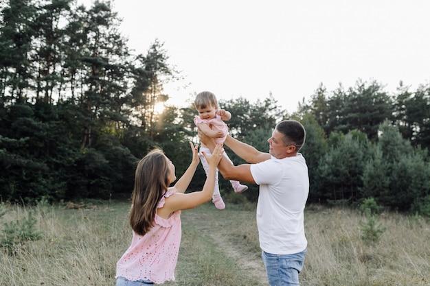 屋外一緒に時間を過ごす幸せな家族