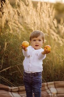 小さな女の子が公園で遊んで