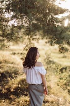 森を歩く若い女性
