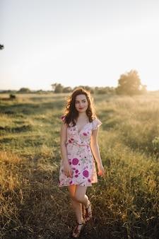 Молодая женщина гуляя в пущу