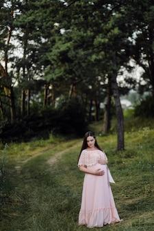Красивый портрет беременной женщины