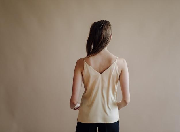 若いエレガントな女性のファッションの肖像画