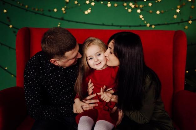 Молодой красивый отец и мать с ребенком