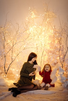 赤ちゃんと若い美しい母親