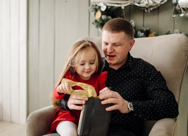 Молодой красивый отец с ребенком