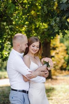 Любовная история в парке. счастливый мужчина и женщина