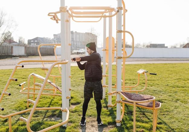 フィットネス男屋外アクティブな健康的な生活トレーニング