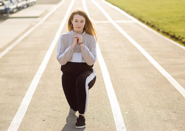 フィットネス女性屋外でトレーニング、アクティブな健康的な生活