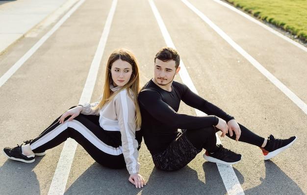 Друзья фитнес тренировки вместе на свежем воздухе жить активно здоровый