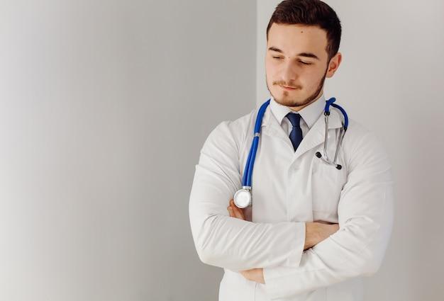 Врач осматривает больного. концепция медицины и здравоохранения.