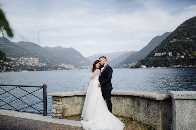 イタリア、コモ湖での幸せな結婚式のカップル