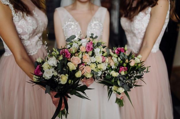 Букет цветов в руках невесты