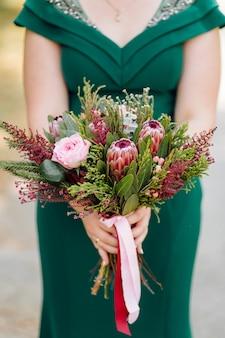 緑のウェディングドレスを着ている美しい花嫁