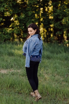 森の中を歩く美しい若い女性