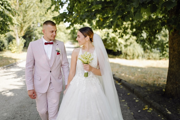若い幸せな結婚式のカップル。抱きしめる白人の新郎新婦