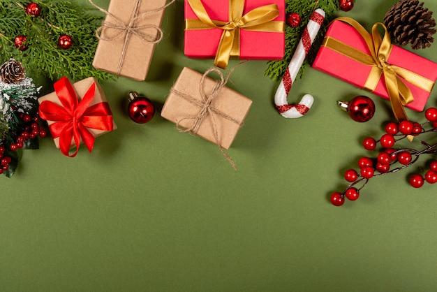 創造的なクリスマス。緑の背景。