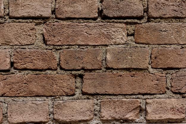 Стена из кирпича. кирпич изношен временем.