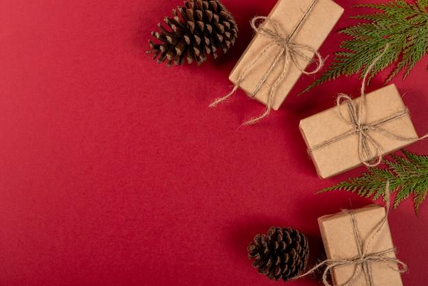 創造的なクリスマス。赤の背景。