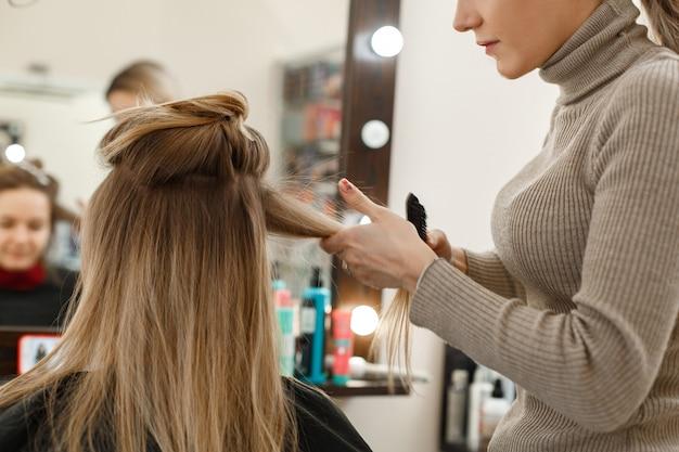 Процесс укладки волос в парикмахерской.