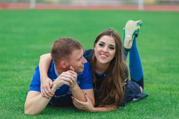 一緒に楽しんで若い幸せなカップル。スポーツゲームをプレイする愛情のあるカップル