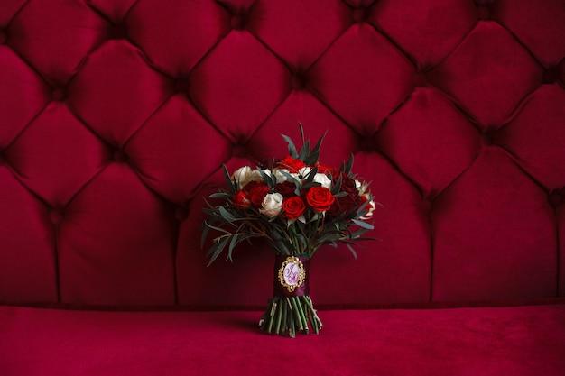 赤いバラのスタイリッシュな花束