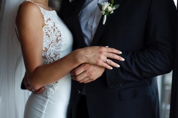 Молодожены во время церемонии бракосочетания