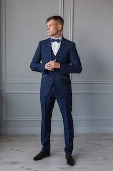 屋内ビジネススーツでスタイリッシュなおしゃれな男
