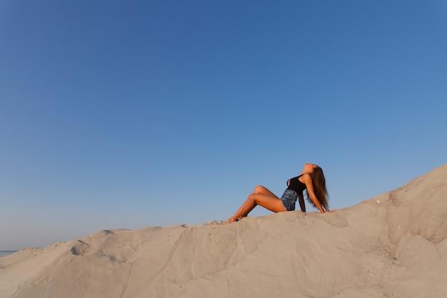 砂浜で一言で言えば魅力的な女性のお尻。