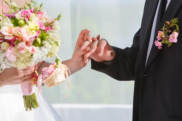 彼女は彼に結婚指輪を置く