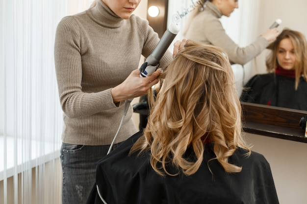 理髪店でのヘアスタイリングのプロセス。