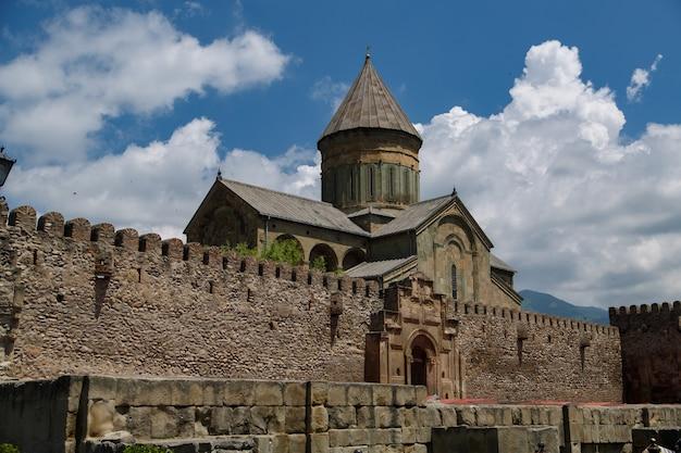 Старый кирпичный замок в грузии старинный замковый комплекс в грузии.