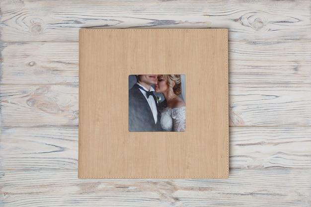 ハードカバー付きの家族写真集。ウェディングフォトアルバム