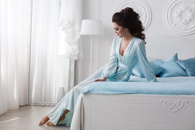 Девушка с длинными волосами на кровати