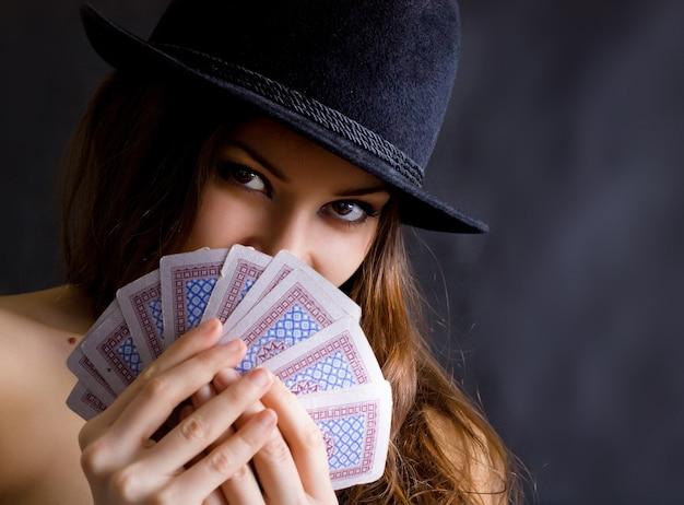 Красивая женщина играет в карты
