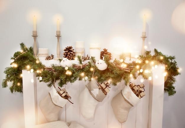 暖炉のあるクリスマスの装飾