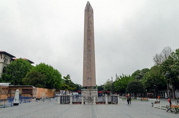 トルコ、イスタンブールのスルタンアフメット広場で象形文字とテオドシウスのオベリスク