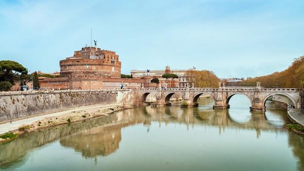 有名な聖天使の城とイタリア、ローマのテヴェレ川に架かる橋を見る