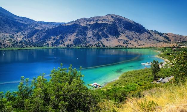 楽園の湖は山を閉じる